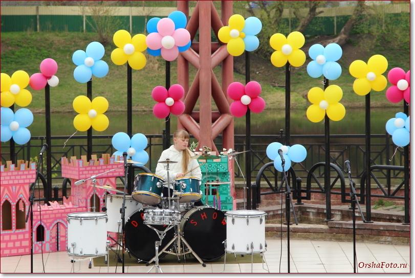 Девочка-барабанщик на открытии детского парка