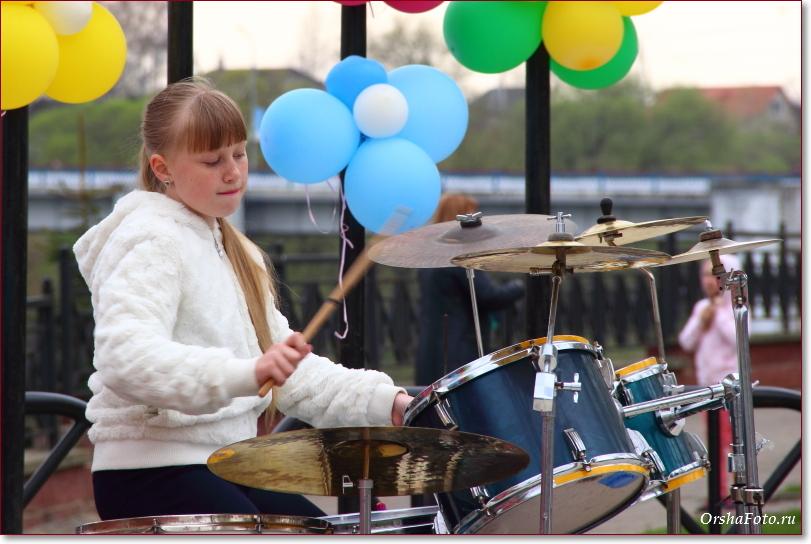 Юный музыкант играет на барабанах