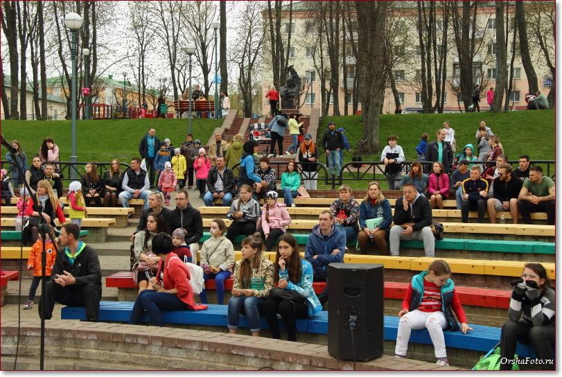 Открытие парка в Орше — зрители на открытой сцене