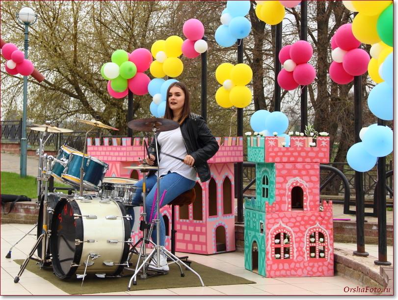 Девушка-барабанщик на концерте в Орше