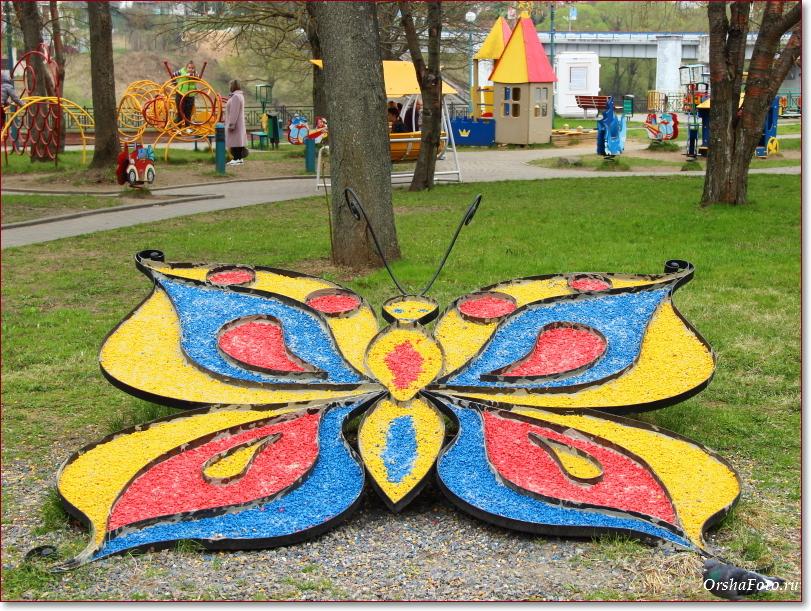 Бабочка из мозаики в детском парке