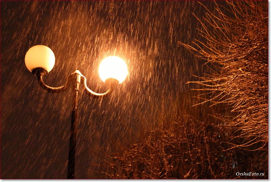 Фото Орши – вечерний снегопад у фонаря