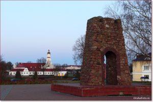 Фото Орши – вид с Городища на стелу и ратушу
