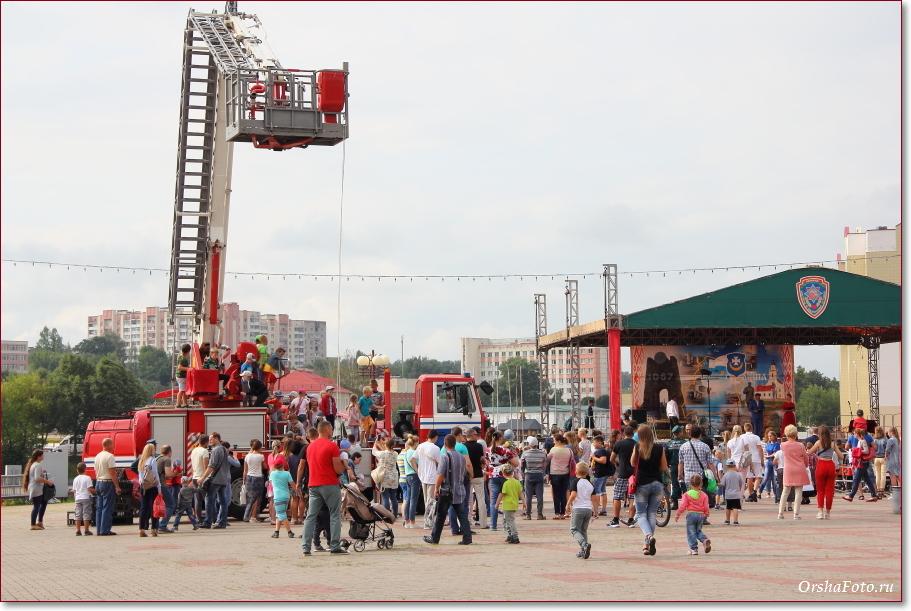 День пожарных в Орше - дети на пожарных машинах