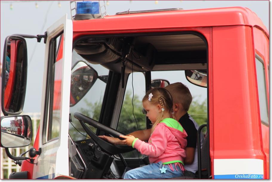 День пожарной службы в Орше - дети в кабине пожарной машины