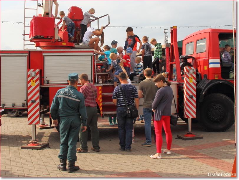 День пожарных в Орше - дети на автовышке