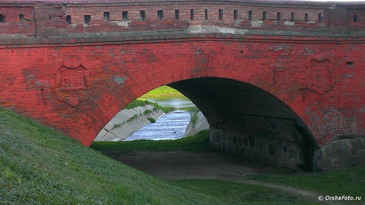 Орша — старый мост за мельницей летним днем