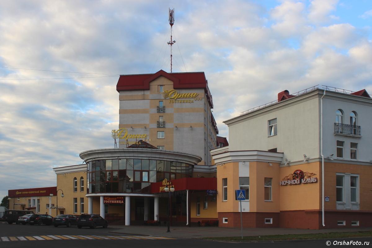 Гостиница Орша летним вечером
