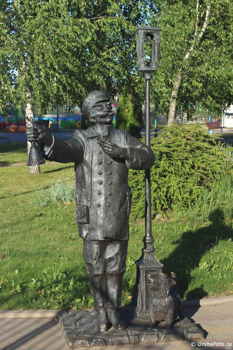 Орша — Фонарщик в детском парке летним днем